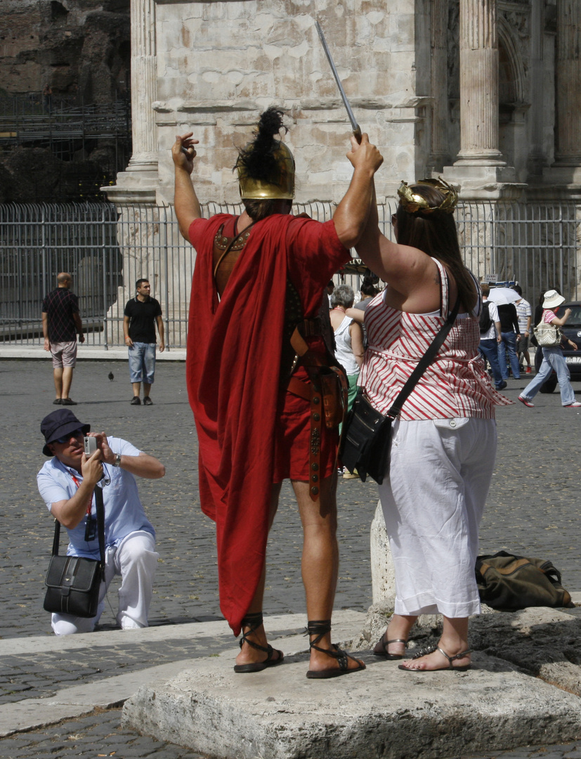 Alte Römer am Kolosseum in Rom, Juli 2010