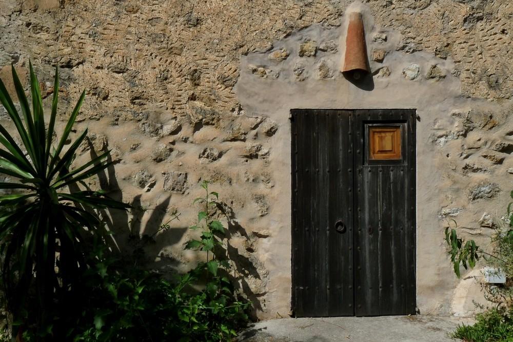 Alte spanische Tür mit Sprechfenster