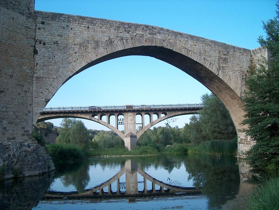 Alte und neue Brücke in Besalú