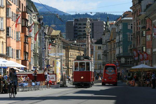 Alte und neue öffentliche Verkehrsmittel ( Mariatheresienstrasse in Innsbruck )
