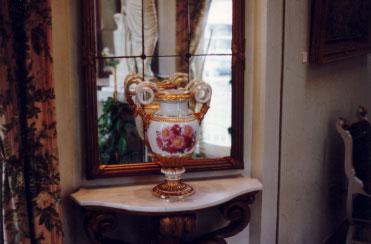 alte Vase vor einem Spiegel