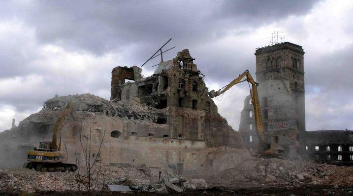 alte Zuckerfabrik beim Abriss in der Thüringer Straße in Halle/S 2006