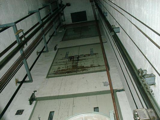 Alter Aufzug , ist er  noch sicher ? :-)