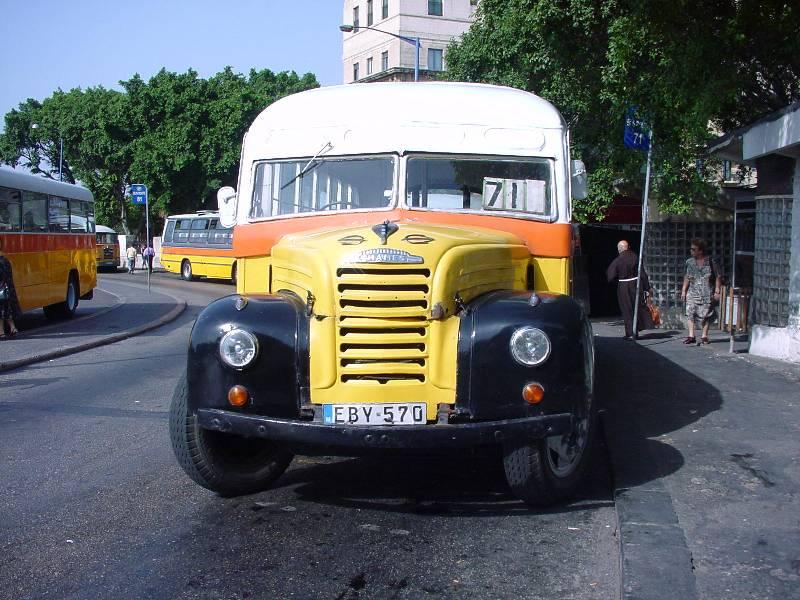 alter Bus am Busbahnhof von Valetta (Malta)