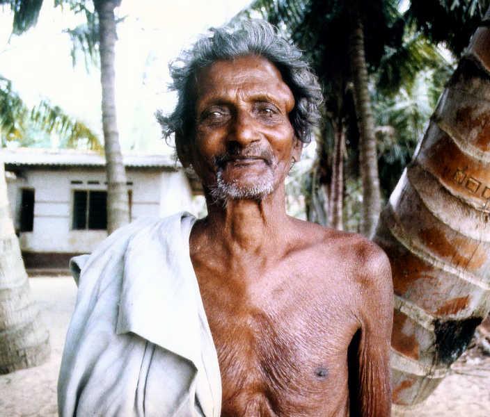 Alter Fischer vor seinem Haus