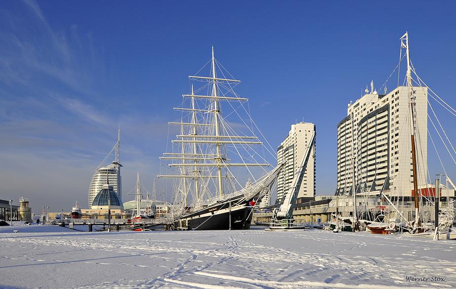 Alter Hafen in weiß mit blauer Haube