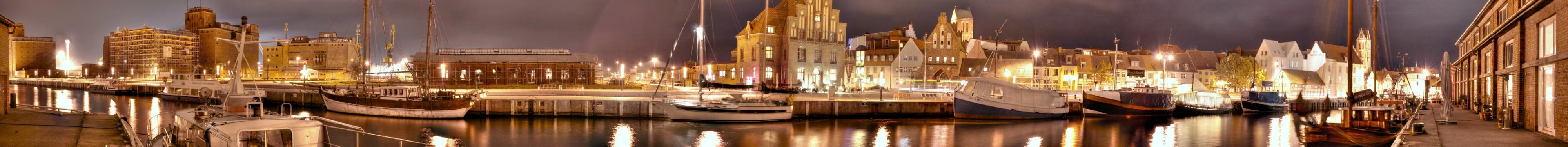 Alter Hafen in Wismar bei Nacht