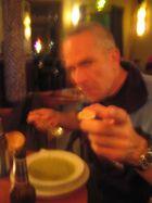 Alter Künstler beim Essen gestört ...