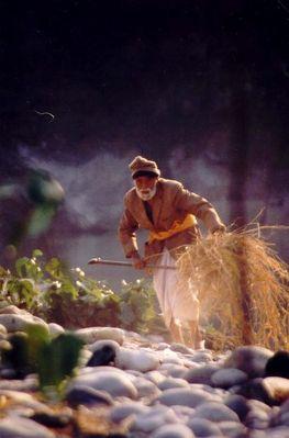 Alter Mann am Fluss