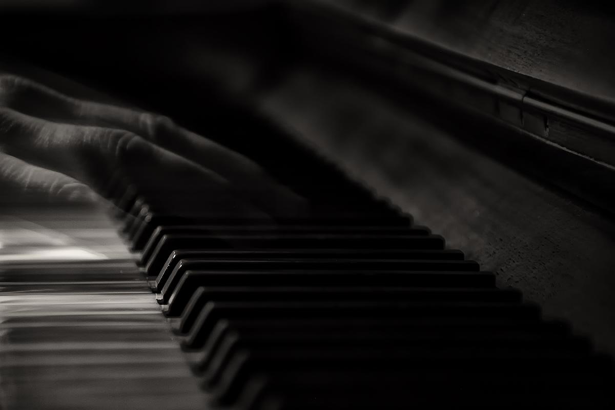alter Mann am Klavier