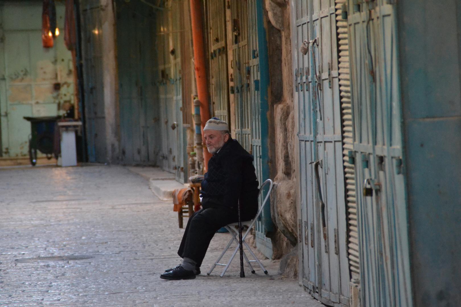 Alter Mann auf Basar in Jerusalem vor der Öffnung