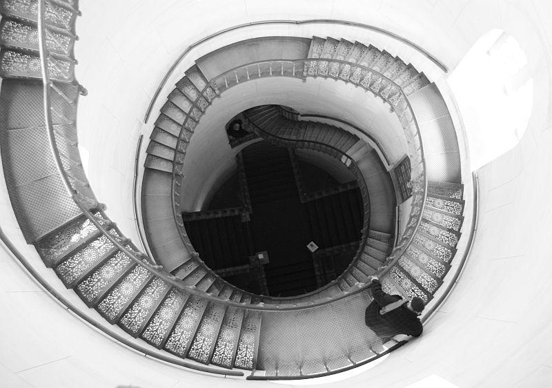 Alter Mann auf der Treppe