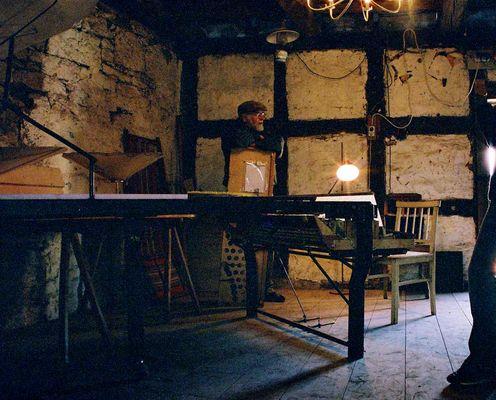 Alter Mann hinter seinem Klavier