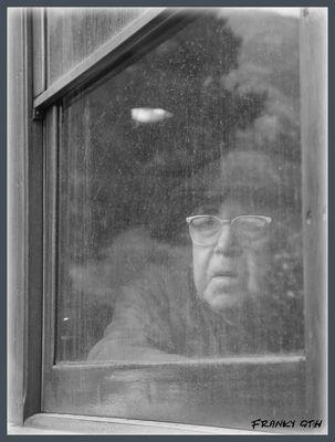 alter Mann im Zug