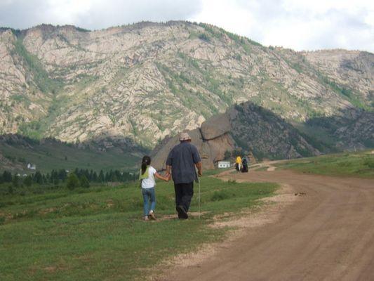 Alter Mann mit Kind in der Mongolei