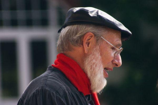 alter Mann mit rotem Schal