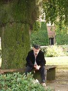 Alter Mann unter der Weide
