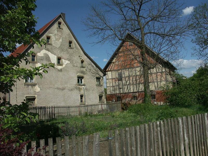 Alter Zaum mit altem Haus