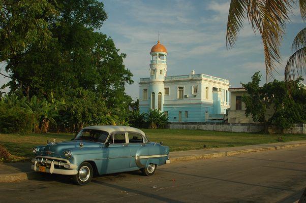 Altes Auto mit Leuchtturm