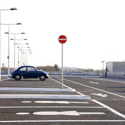 altes Auto - moderne Gesellschaft