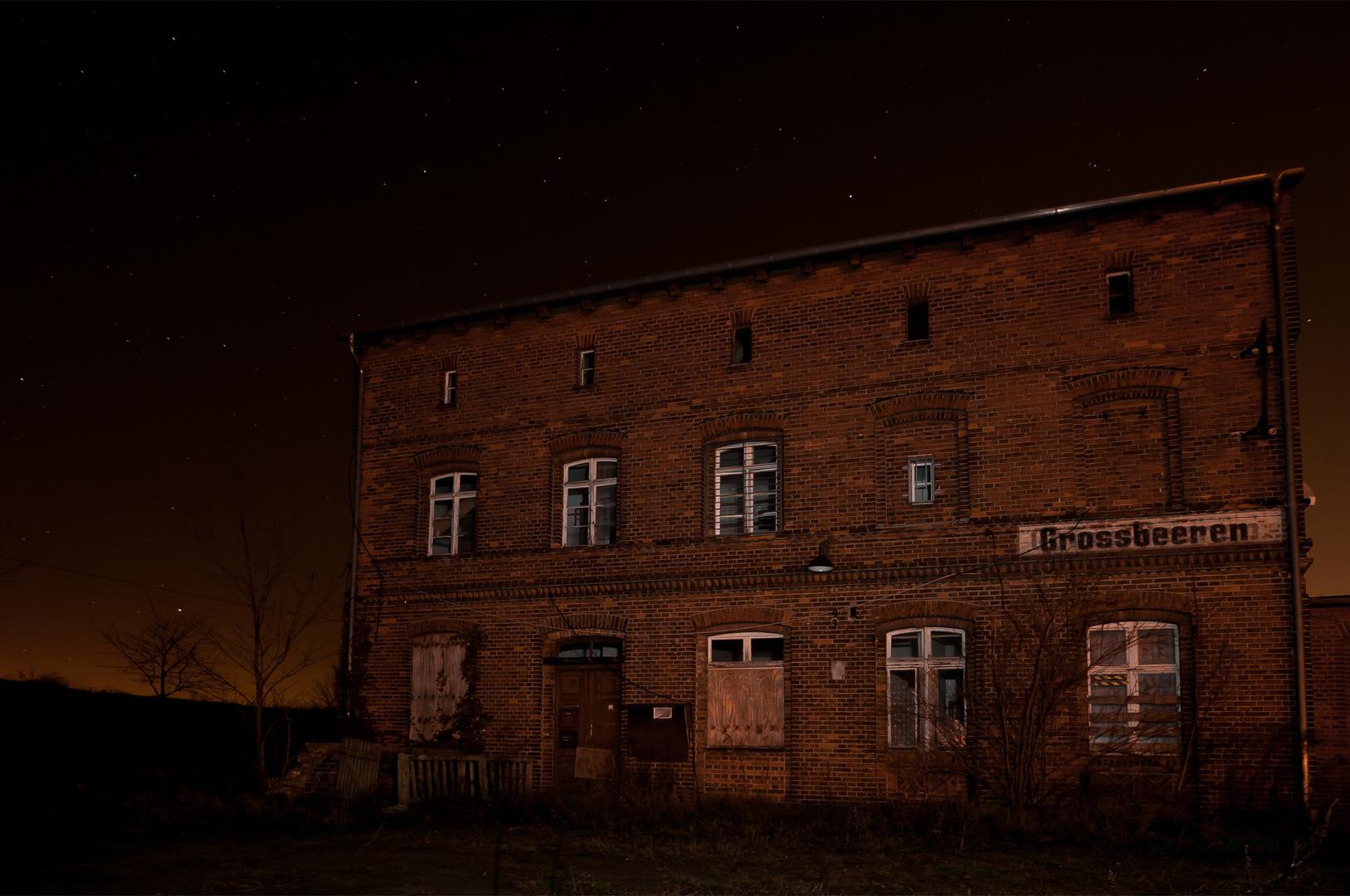 Altes Bahnhofsgebäude bei Nacht