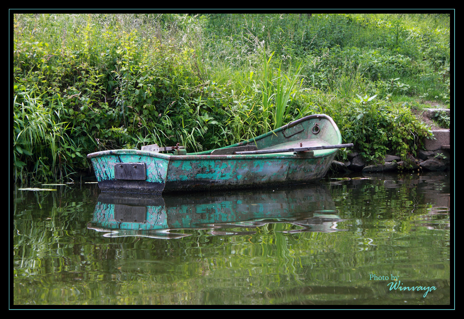 Altes Boot am Flussufer