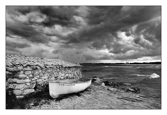 Altes Fischerhaus und Boot am Meer