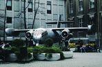 altes Flugzeug in städtischer Sitzecke