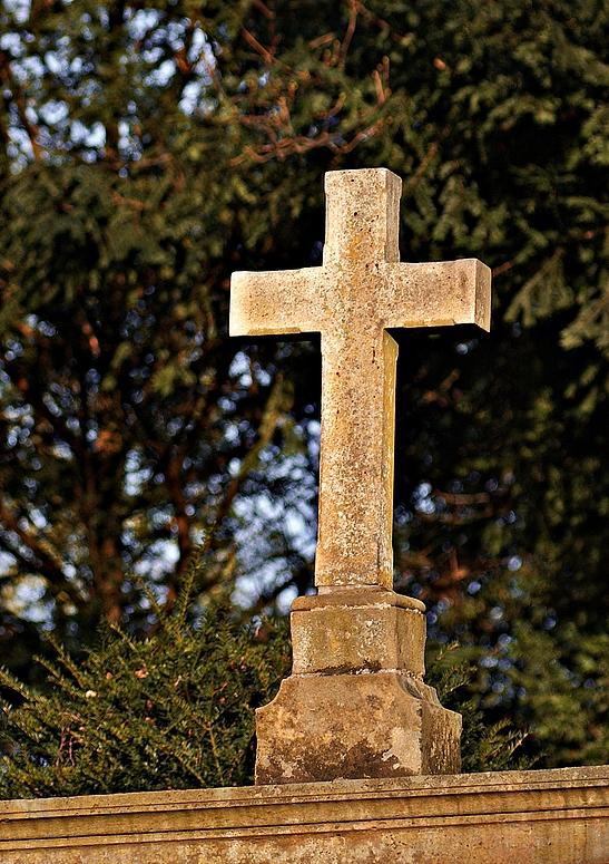 altes Grabsteinkreuz