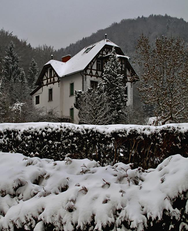 Altes Haus im zurückgekehrten Winter!