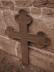 Altes Kreuz vor Kirchenmauer II