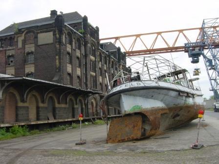 Altes Schiff, altes Hafengebäude, neuer Kran !!