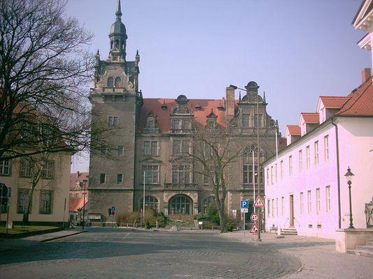 altes Standesamt Bernburg mit Blumenuhr