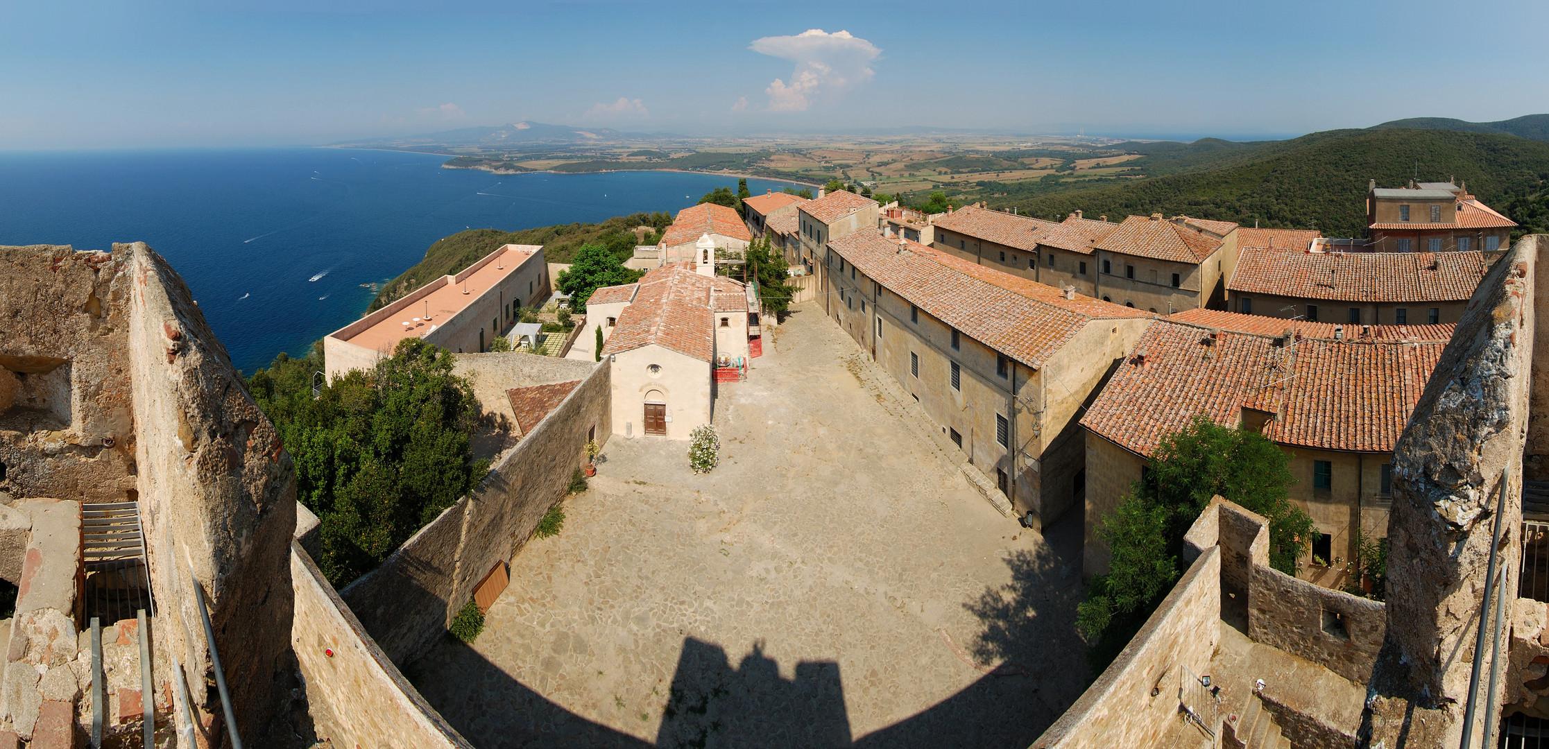 Altes toscanisches Gemäuer am Meer