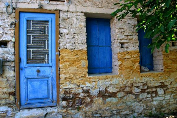 Altes verlassenes Haus in dem Fischerdorf Agios Konstantinos