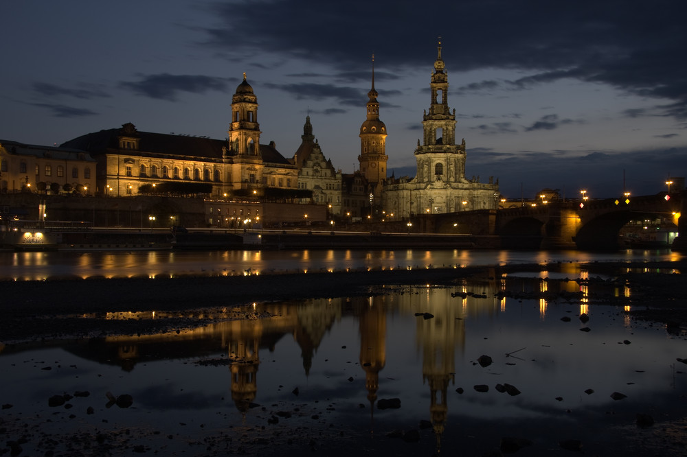 Altstadt Dresden am Abend gespiegelt