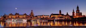 Altstadt Dresden - Blaue Stunde an der Elbe von PauliUfo