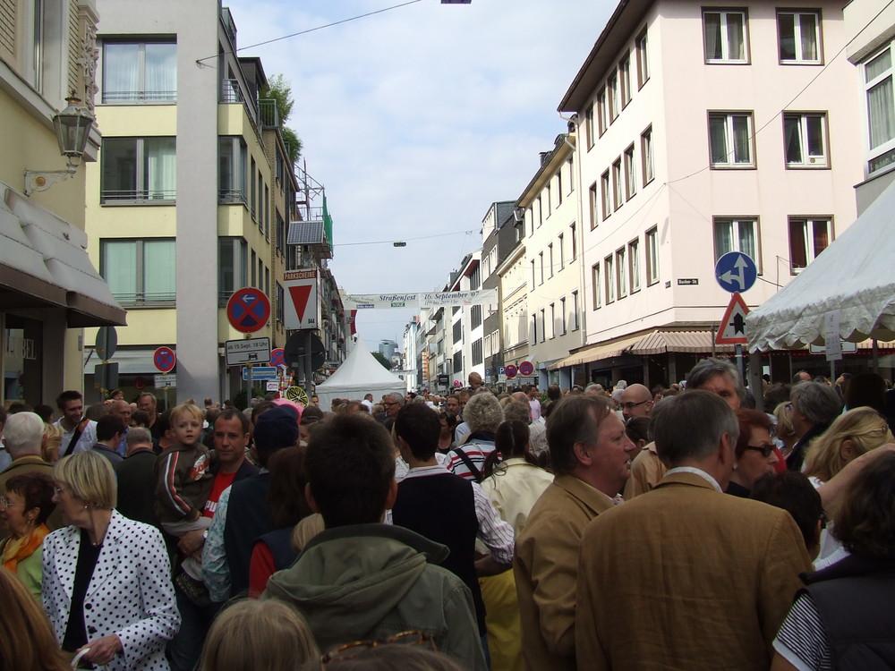Altstadtfest in D´dorf - Einer passt noch.....Irgendwo