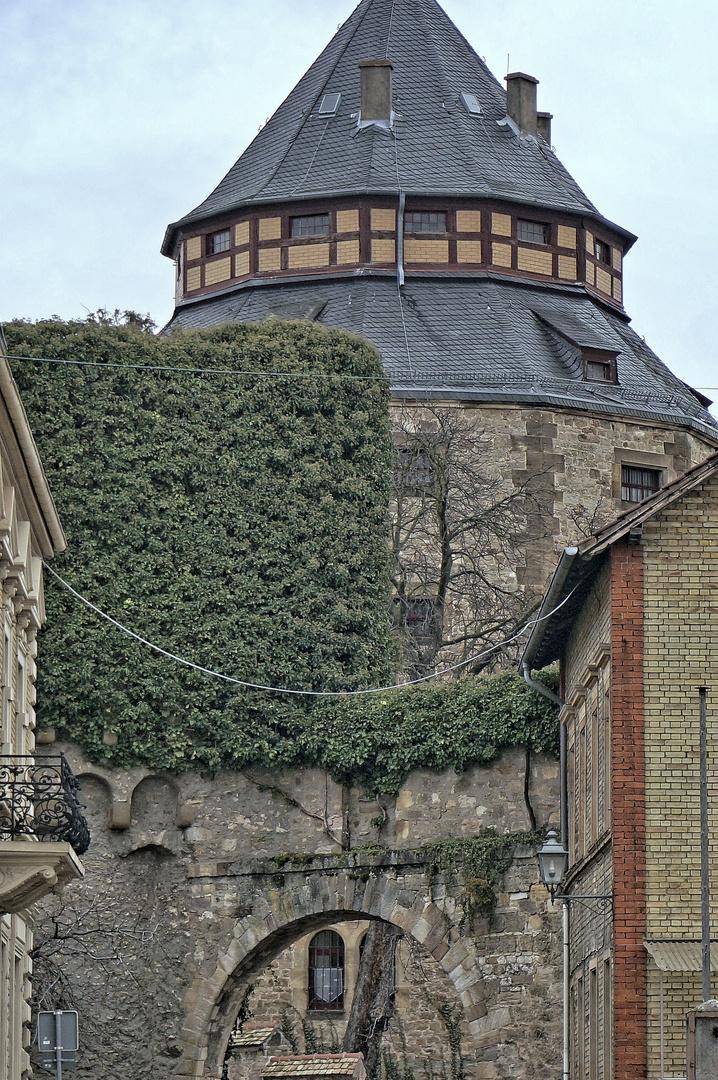 Alzey: Blick von der Hellgasse zum Schlossturm ©