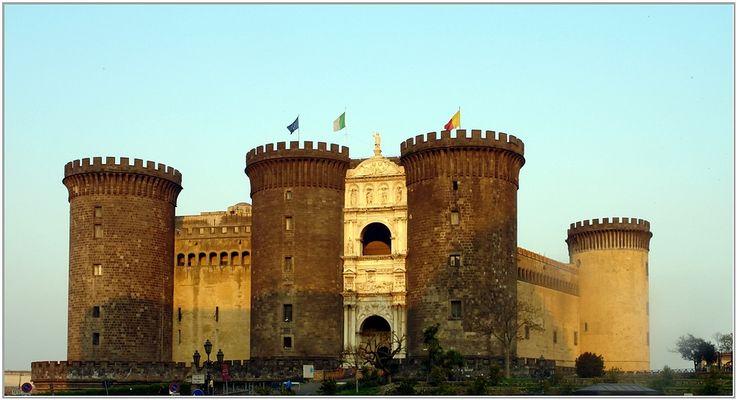 am Castel Nuovo im Abendlicht ...