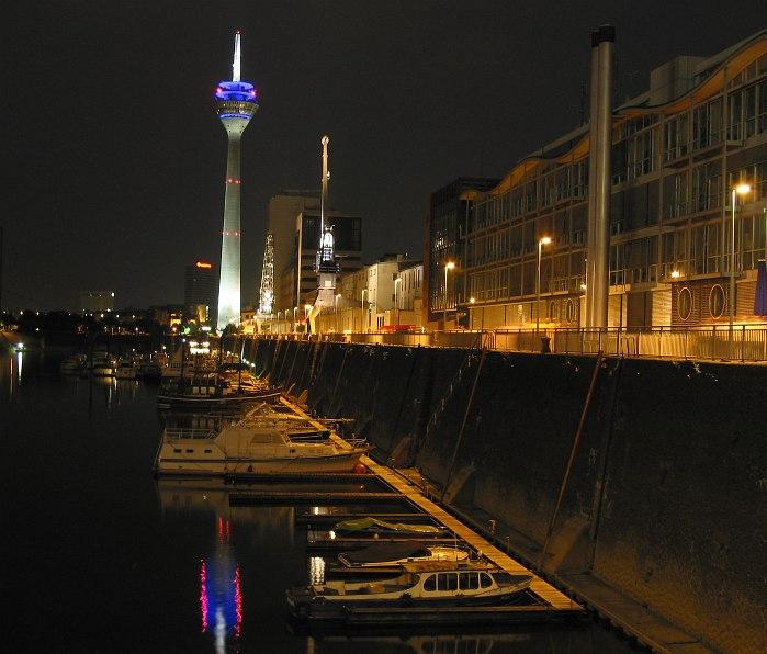 Am Düsseldorfer Rheinhafen, nachts um halb zwölf