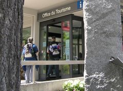 Am Eingang vom Tourismusbüro Saas Fee