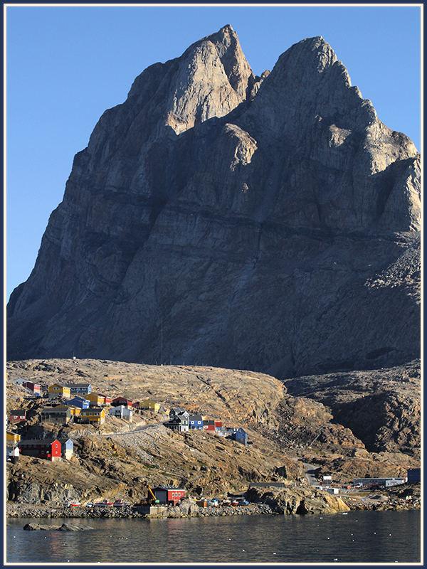 Am frühen Morgen kommen wir in Uummannaq im Nordwesten Grönlands an.