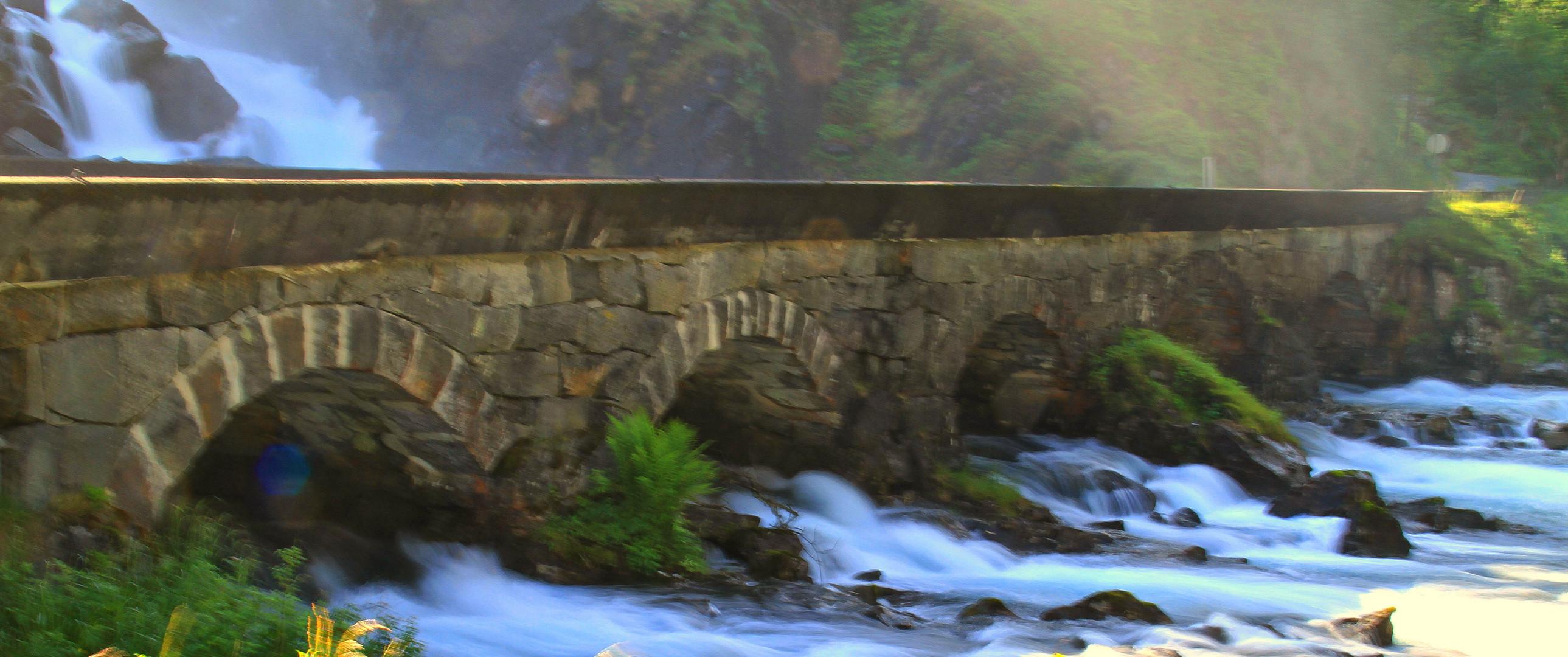 am Fusse eines Wasserfalles in Norwegen