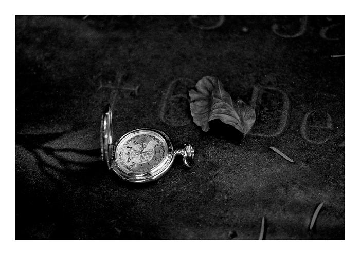 Am Grab der meisten Menschen trauert, tief verschleiert, ihr ungelebtes Leben.
