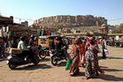 am Markt von Jodhpur mit Blick zum Mehran‑Garh‑Fort