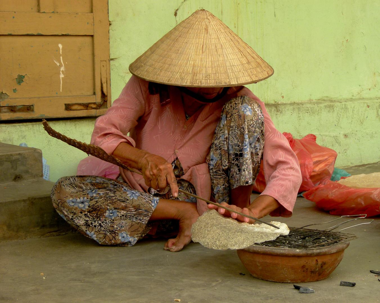 Am Reisfladen zubereiten