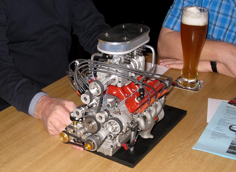 am Stammtisch - 8 Zylinder V-Motor