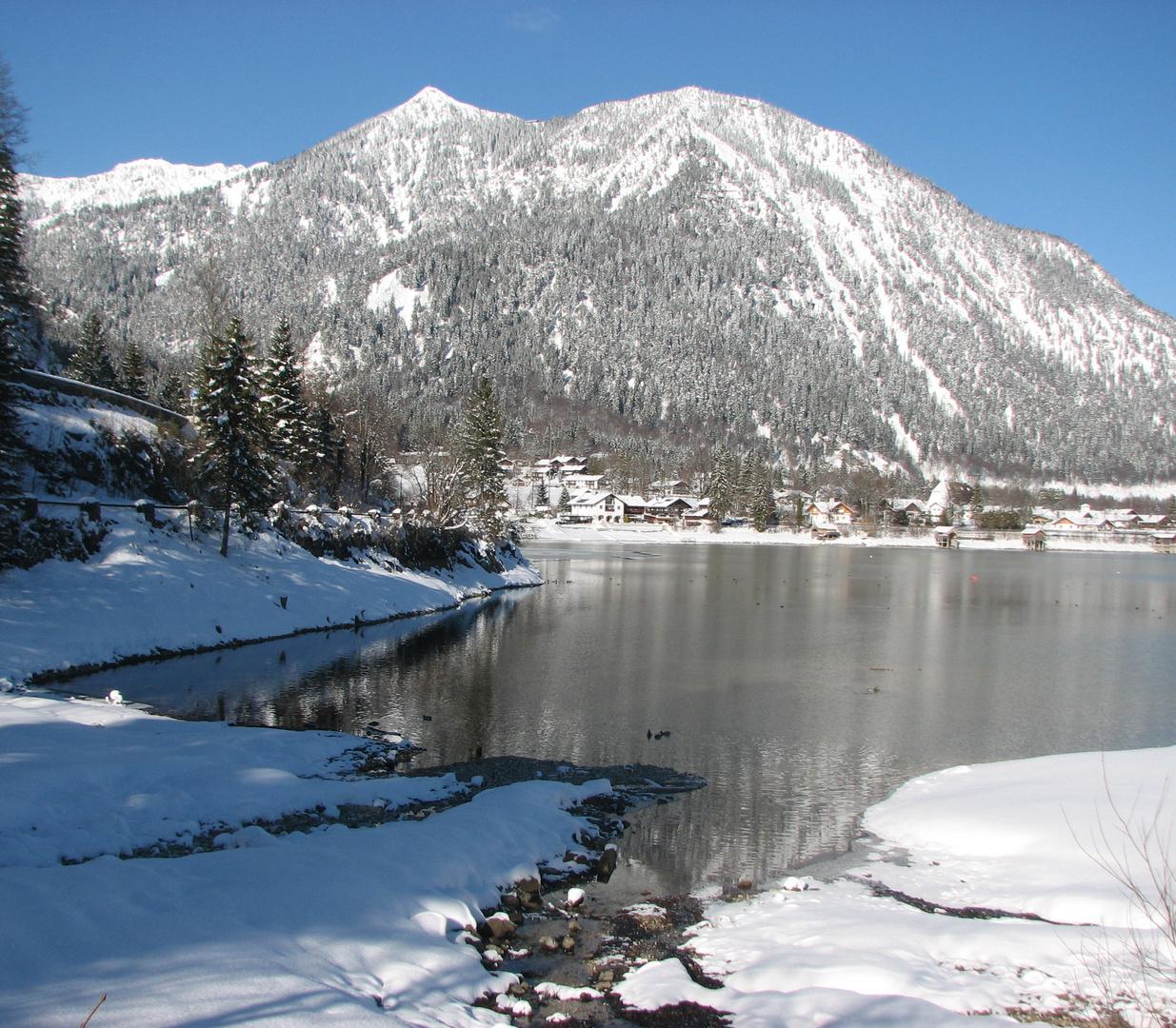 Am Walchensee - Blick auf den tief verschneiten Herzogstand