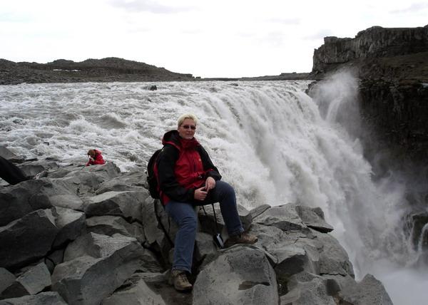 Am Wasserfall in Island